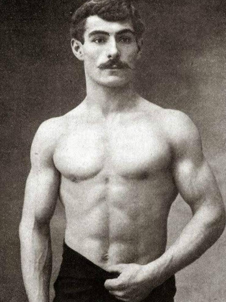 Leon De Paris Posing