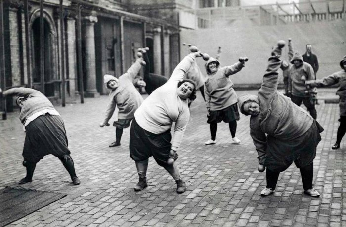 Fat women undergoing a slimming course in a courtyard in New York 1926